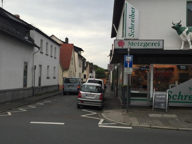 Enfahrt in die Eschollmühle mit Metzger Schreiber an der Ecke - schon jetzt eng und manchmal abenteuerlich.